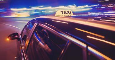 Photo d'un taxi dans la nuit