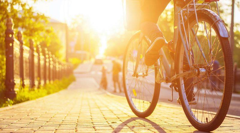 Photo d'un cycliste en ville